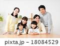 家族 子供 笑顔の写真 18084529
