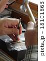 仕事をする彫金細工職人 18101863