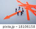 矢印 方向性 ビジネスマンの写真 18106158
