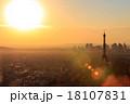 夕陽に照らされるパリの眺望 18107831