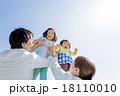 公園の緑の丘で遊ぶ4人家族 18110010