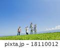 公園の緑の丘で遊ぶ3世代家族 18110012