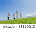 公園の緑の丘で遊ぶ3世代家族 18110013