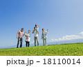 公園の緑の丘で遊ぶ3世代家族 18110014