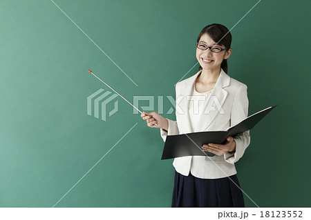 指示棒を持った女性教師      18123552