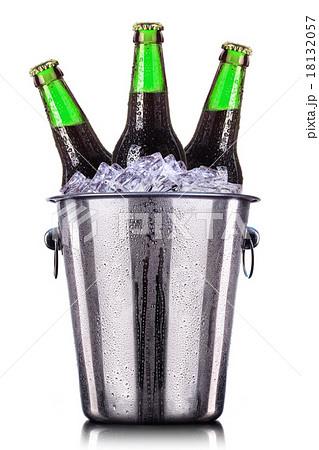 Beer bottles in ice bucket isolated on white の写真素材 [18132057] - PIXTA