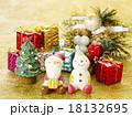 サンタと雪だるまとプレゼント 18132695