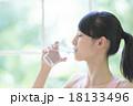 水を飲む女性 18133496