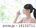 水を飲む女性 18133711