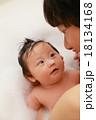 沐浴 お風呂 入浴 イクメン (赤ちゃん パパ 子供 父 娘 0歳 育児 子育て シャンプー 石鹸) 18134168