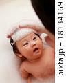 沐浴 お風呂 入浴 イクメン (赤ちゃん パパ 子供 父 娘 0歳 育児 子育て シャンプー 石鹸) 18134169
