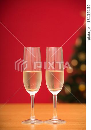 シャンパンとクリスマスツリー 18136159