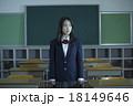教室にいる女子高生 18149646