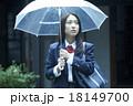 傘をさす女子高生 18149700