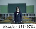 教室にいる女子高生 18149781