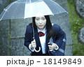 傘をさす女子高生 18149849