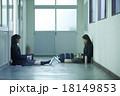 学校の廊下にいる女子高生 18149853