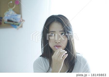 自室にいる女性 18149863