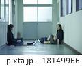 学校の廊下にいる女子高生 18149966