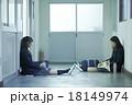 学校の廊下にいる女子高生 18149974