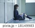 学校の廊下にいる女子高生 18149983
