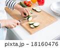 料理 切る 女性の写真 18160476
