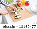 料理 切る 女性の写真 18160477
