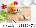 料理 切る 女性の写真 18160478