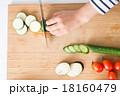 料理 切る 女性の写真 18160479