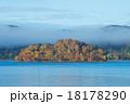 朝もやの桧原湖 18178290