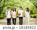 大学生 歩く 人物の写真 18185622