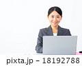 女性 ノートパソコン 仕事中の写真 18192788