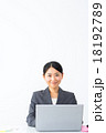 女性 ノートパソコン 仕事中の写真 18192789