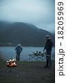 焚き火に当たる男性 18205969
