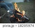 焚き火に当たる男性 18205974