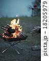 焚き火に当たる男性 18205979