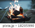 焚き火に当たる男性 18205990