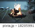 焚き火に当たる男性 18205991