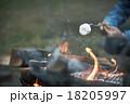 焚き火に当たる男性 18205997