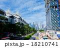 シンガポール サンテックシティ前通りからマリーナ・ベイの高層ビル群を臨む 18210741