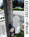 シンガポールの押しボタン式信号機 18210743