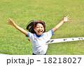 走る女の子(体操服、ゴールテープ、芝生) 18218027