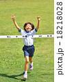 走る女の子(体操服、ゴールテープ、芝生) 18218028