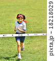 走る女の子(体操服、ゴールテープ、芝生) 18218029