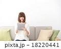 女性 タブレットパソコン ソファの写真 18220441