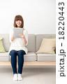 女性 タブレットパソコン ソファの写真 18220443