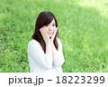 緑の中の女性 18223299
