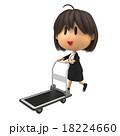 台車を運ぶ女性スタッフ 18224660
