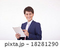 タブレットを見るビジネスマン 18281290
