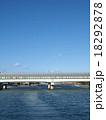 川の上の高速道路 18292878